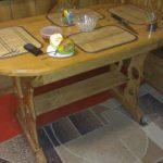 Belle table ovale à la main