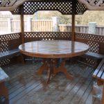 Table ronde en bois dans la tonnelle
