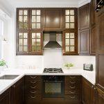 Cuisine en bois avec armoires hautes