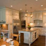 Cuisine avec îlot et armoires hautes jusqu'au plafond