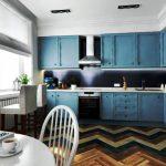 Cuisine avec armoires jusqu'au plafond en bleu
