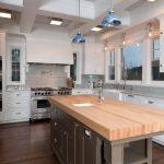 Îlot de cuisine avec un comptoir en bois