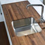 Table de cuisine avec évier à mortaise et plateau en bois