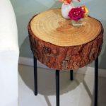 Mini table de forme circulaire en scie sur des pieds en métal