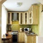 Petite cuisine en bois avec armoires jusqu'au plafond