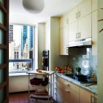 Petite cuisine avec des casiers mezzanine