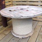 Conception inhabituelle d'une table ronde avec une jambe enveloppée de ficelle