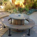 Table et bancs maison inhabituels de forme ronde