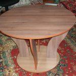 Table basse ronde avec pieds en aggloméré