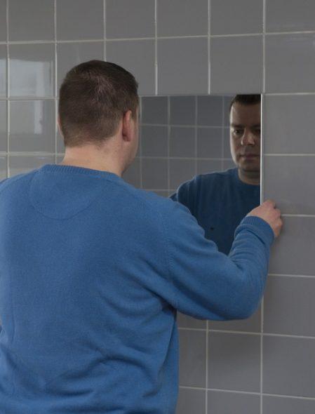 Nous mettons un miroir sur le mur