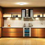 Cuisine rétro-éclairée spacieuse avec armoires hautes