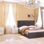Chambre spacieuse avec lit gris doux