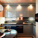 Armoires de cuisine grises jusqu'au plafond avec éclairage