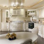 Cuisine classique chic avec armoires et étagères jusqu'au plafond.