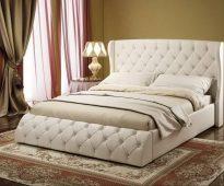 Chique, zacht bed met een capitone-inrichting in de slaapkamer