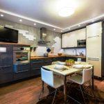 Armoires et coffret au plafond dans la cuisine