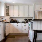 Armoires au plafond dans la cuisine moderne blanche