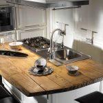 Cuisine moderne avec un îlot de bois naturel