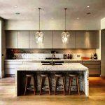 Cuisine élégante de style loft gris avec armoires hautes