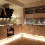 Une solution élégante pour la cuisine - armoires jusqu'au plafond