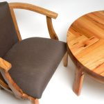 Table et chaise en bois faits à la main