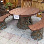 Table et bancs en bois avec éléments forgés