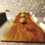 Table avec une forme irrégulière de table en bois