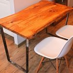 Table avec plan de travail en bois massif avec pieds en métal