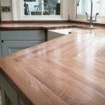 Plan de travail en bois massif pour la cuisine de forme irrégulière