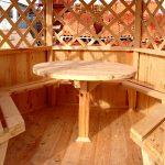 Table ronde confortable dans le belvédère
