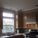 Armoires hautes avec bordure au plafond