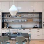 Armoires hautes mezzanines et longues étagères ouvertes dans la cuisine