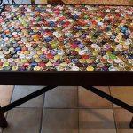 Décorer la surface de la table de la cuisine avec des capsules