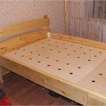 Lit en bois avec base en contreplaqué
