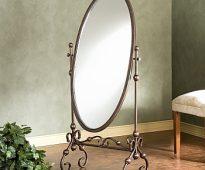 Miroir ovale sur pied