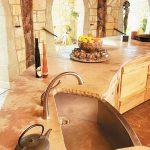 Comptoir en pierre dans la cuisine avec leurs propres mains
