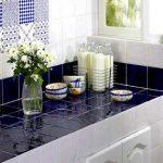 Combinaison de carreaux blancs et bleus sur le comptoir et le tablier de la cuisine