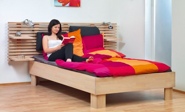 Beau et confortable lit en bois