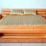 Beau lit avec tiroirs et tables de chevet