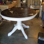 Belle table ronde mise à jour avec un nouveau plateau