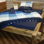 Un lit d'épaisses barres de bois avec leurs propres mains