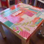 Table carrée avec une table renouvelée utilisant la technique de découpage