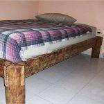 Les pieds du lit sont faits d'un tronc d'arbre