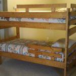 Lit en bois simple avec des lits de protection à deux niveaux