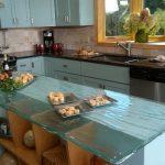 Plan de travail en relief d'un îlot de cuisine en verre bleu