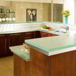 Le plan de travail en verre dans la cuisine est élégant et magnifique.