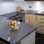 Installer un comptoir en métal dans la cuisine
