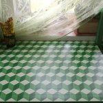 Plateau vert avec un motif en forme de cubes tridimensionnels