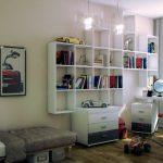 Bibliothèque blanche avec des étagères au-dessus du bureau de l'ordinateur