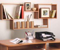 Conception d'étagère sur le mur près du bureau